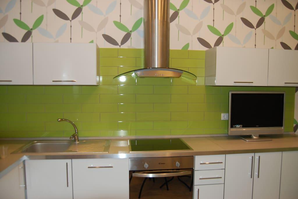 Кухня со всей необходимой бытовой техникой