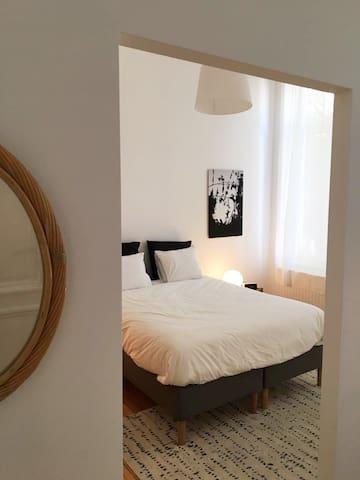 Spacieuse chambre dans lumineuse maison de maître