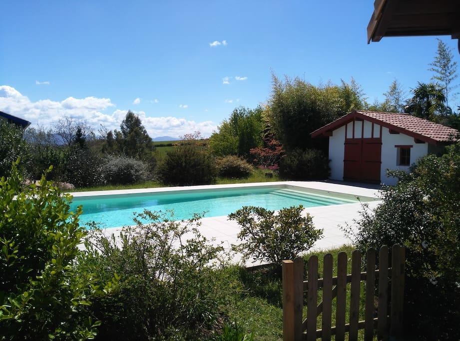 Grande piscine, au soleil toute la journée.