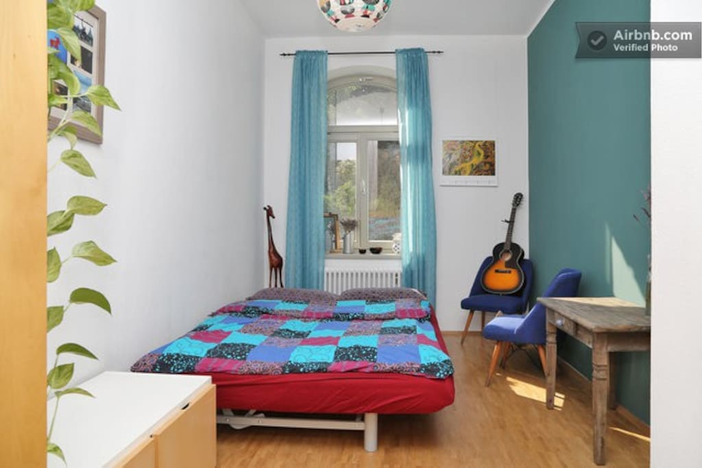 Das ist euer Zimmer. // This is your room.