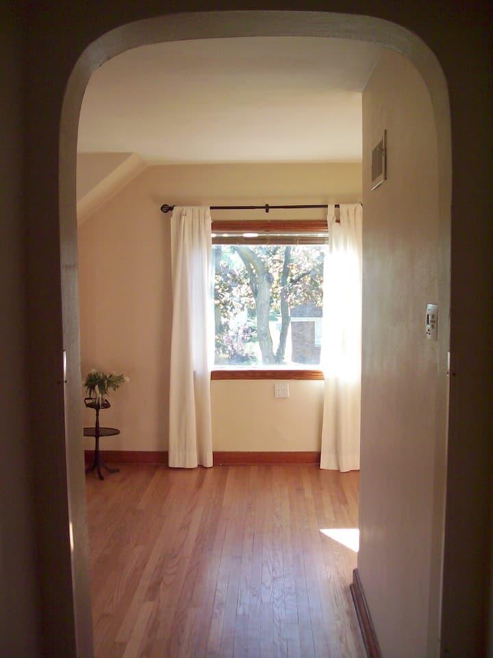 Quaint 2 Bedroom Upper in Older Neighborhood