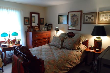 A charming bedroom/ private bath - Elmira - Apartment