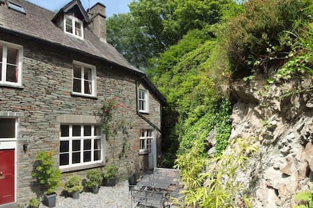 Lakes hillside retreat sleeps 8 - Garden + views