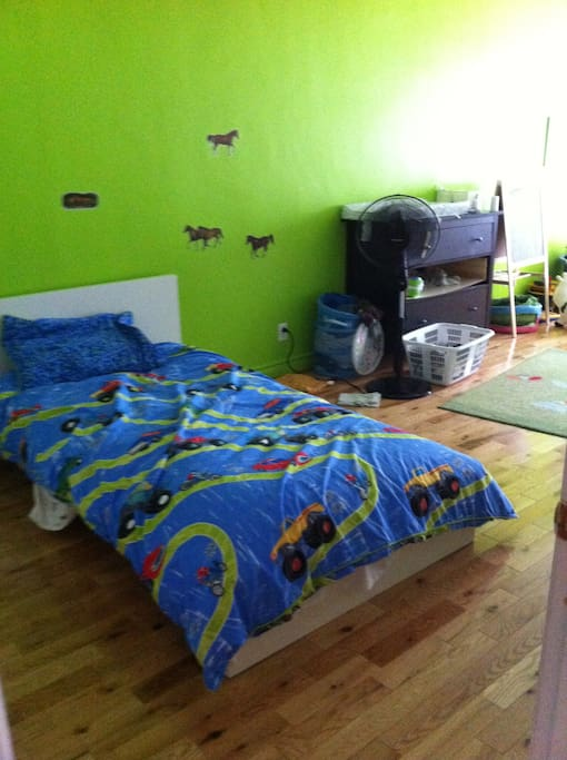 second bedroom with one single bed