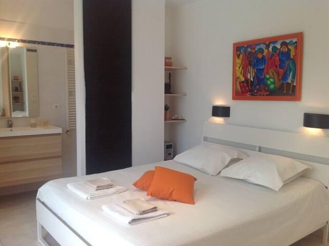 Chambre contemporaine indépendante - Saint-Jean-de-Védas - Villa