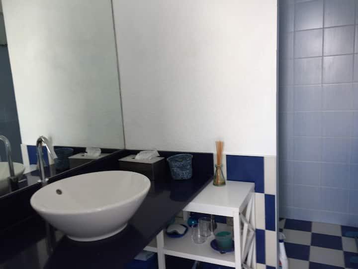 Belle chambre avec salle de bains