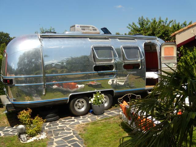 airstream caravane am ricaine campers rvs for rent in les sorini res pays de la loire france. Black Bedroom Furniture Sets. Home Design Ideas