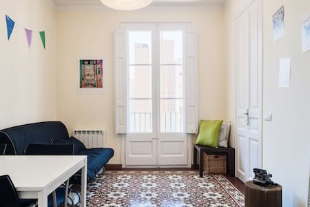Central double room with breakfast.  Great room for 2 people in an apartment in the city center (in the Eixample district) close to the major tourist attractions of the city of Barcelona.