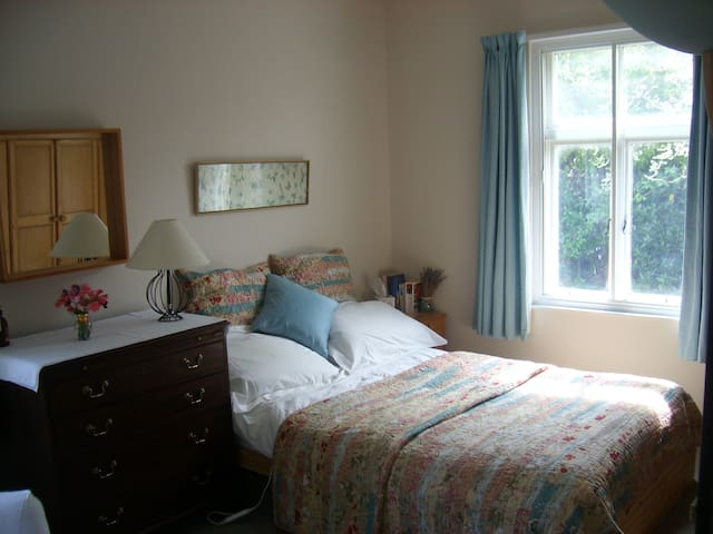 Delightful quiet, central DBL room & priv. bath