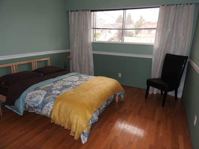 Cozy guest room in Lower Lonsdale