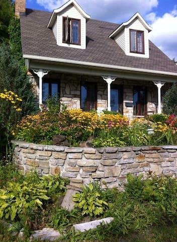 La maison enfleurie - the blooming house. - Sainte-Julie - Villa
