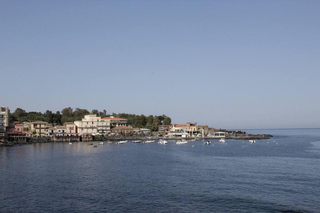 Il golfo di Capomulini con i suoi ristoranti di pesce raggiungibile a piedi