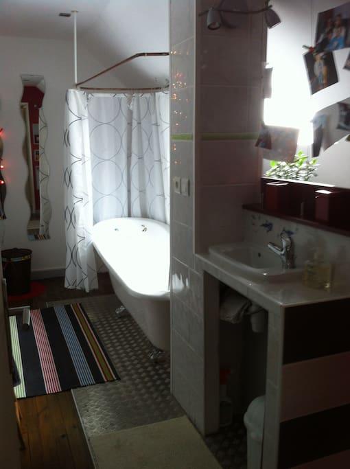 salle de bains privative avec baignoire, lave-mains et wc (linges de toilettes fournis)