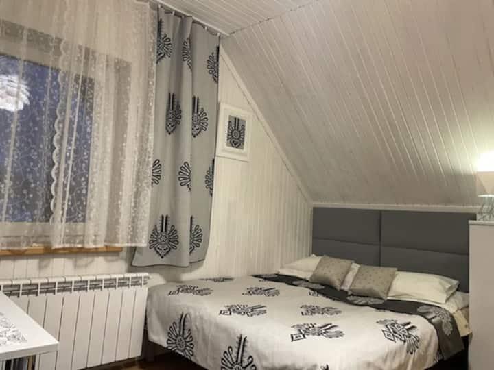 ZAKO-LODGE, mały pokój double z łazienką