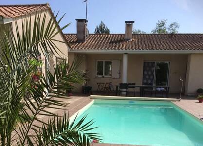Au calme CHAMBRE PRIVEE 1à5 pers, piscine chauffée - Mazères - 独立屋