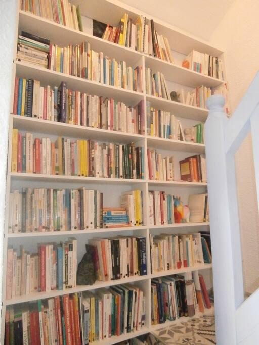 Bibliothèque dans le hall commun
