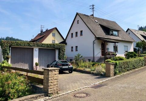 Sonniges Zuhause im Grünen mit Balkon