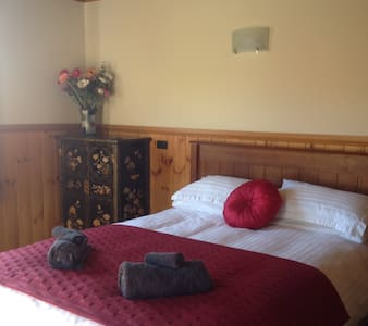 Eco Log House Queen Sized Bedroom - Thames - Bed & Breakfast