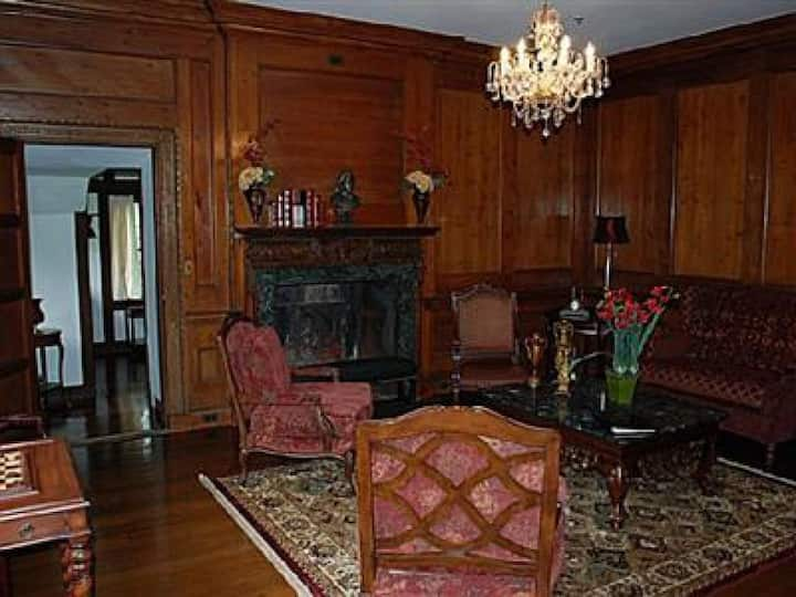 King Alfred Suite at Skylands Manor