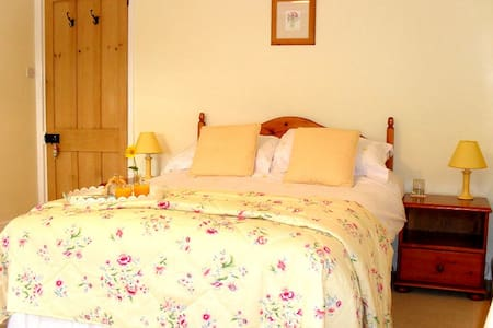Lobhill Farmhouse | The Yellow Room - Okehampton - Bed & Breakfast