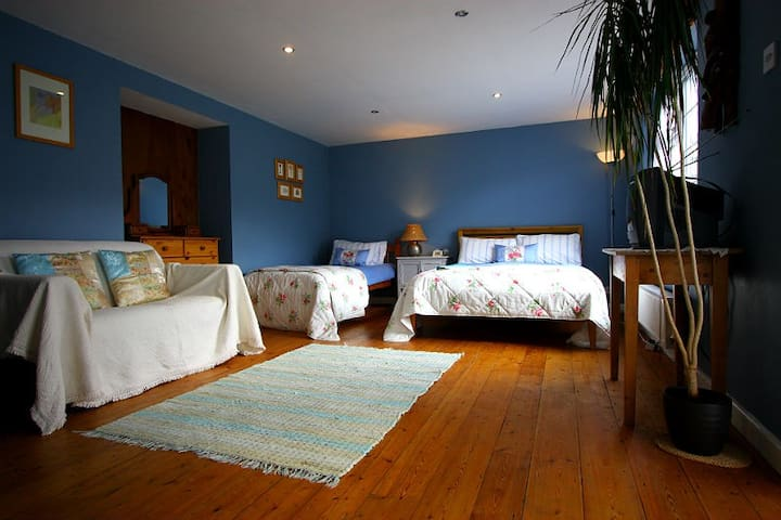 Lobhill Farmhouse | The Family Room - Okehampton - Bed & Breakfast