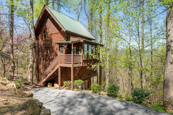 Secluded cabin with wooded views, hot tub, fireplace, and access to the community pool