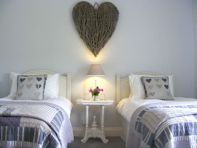 Lobhill Farmhouse | The White Room - Okehampton - Bed & Breakfast