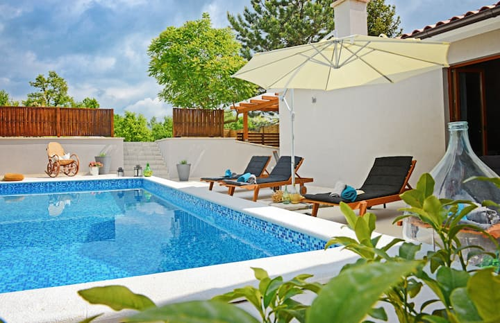 Casa Magica... charming modern house with pool
