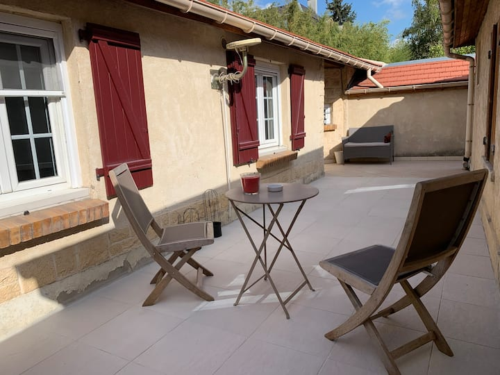 Nice 1 bedroom house with terrace near Paris