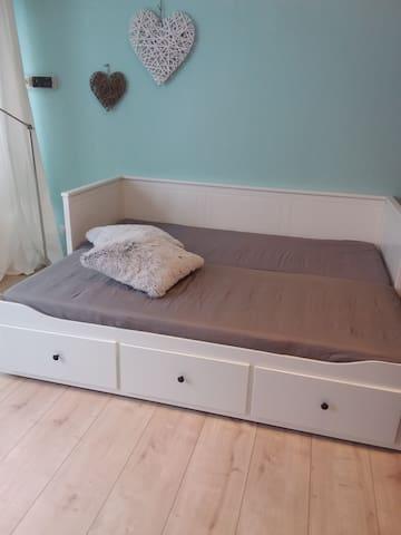 Bett 160 x 200 ausgezogen