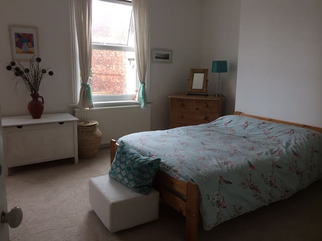 Spacious double room near West Hill and Old Town.