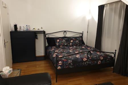 Privates Zimmer mit Gästebad. (2)