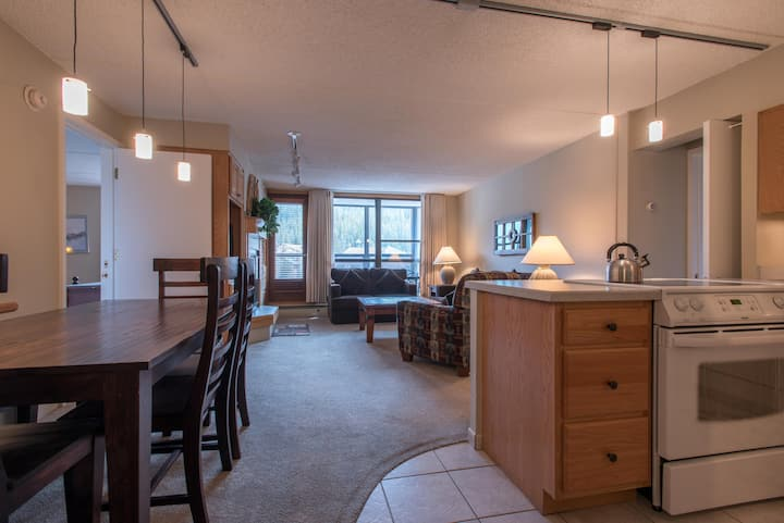 Great mountain views steps from the lifts, 2 master bedrooms, free wifi, & pa
