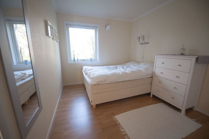 Your own room in cosy apartment - Tromsø - Pis