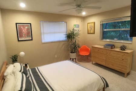 Beautiful room, minutes from the Beach!
