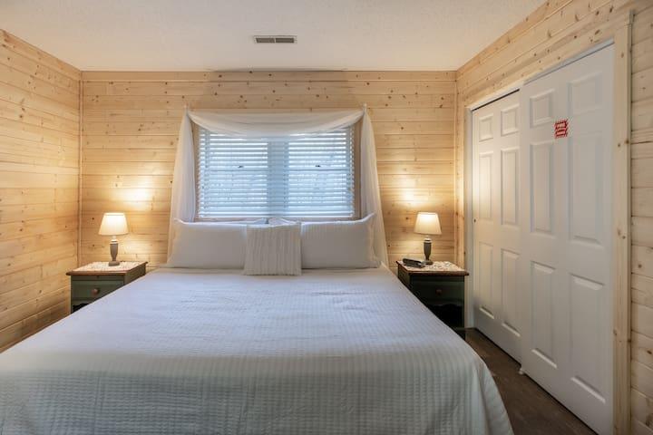 Bedroom 2: King size bedroom in the lower floor