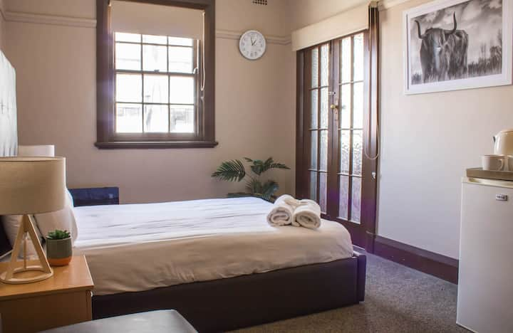 Queen room with shared bathroom on Beamish street