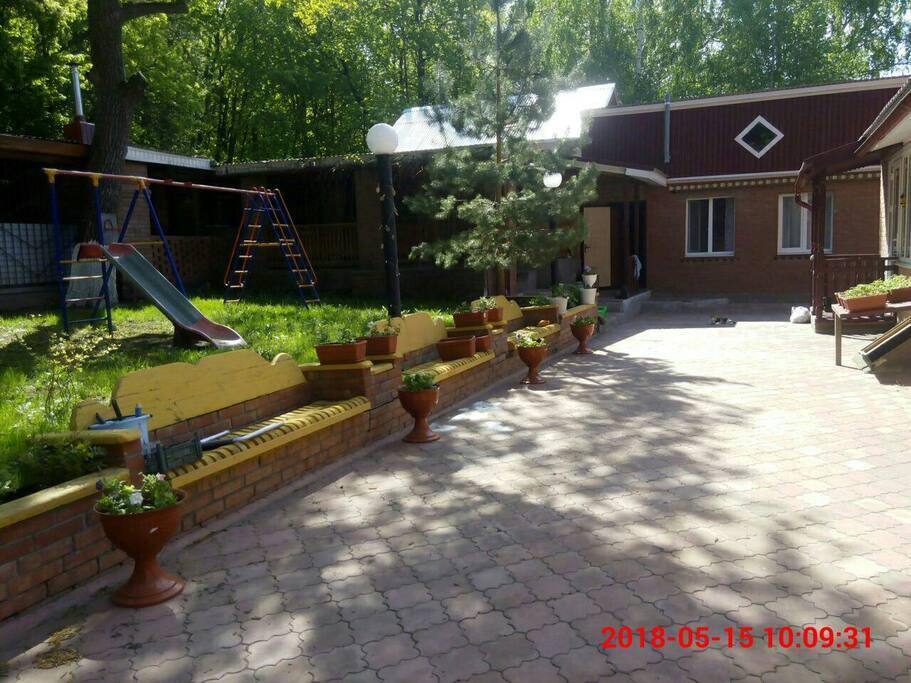 Просторный двор с детской площадкой