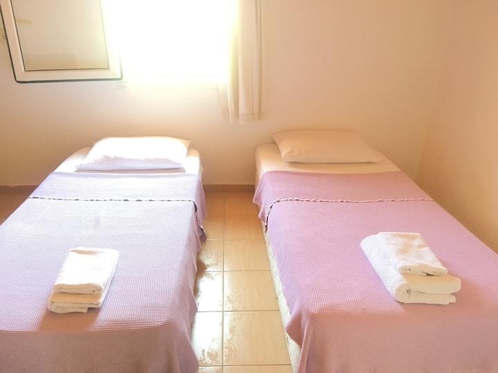 Single bed in loft dormitory Ortak banyolu yatak