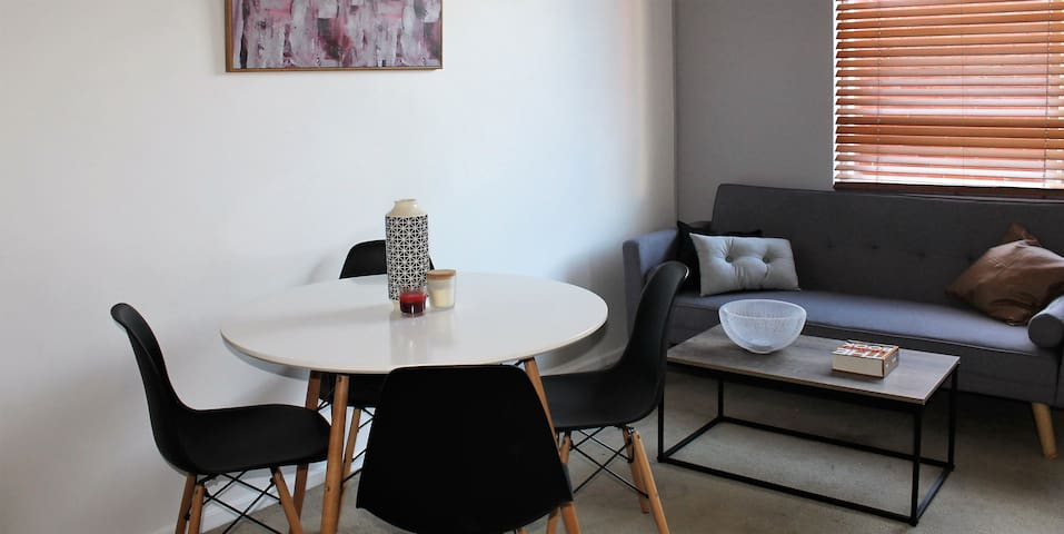Quirky St Kilda 1 Bedroom Apartment w Car Space