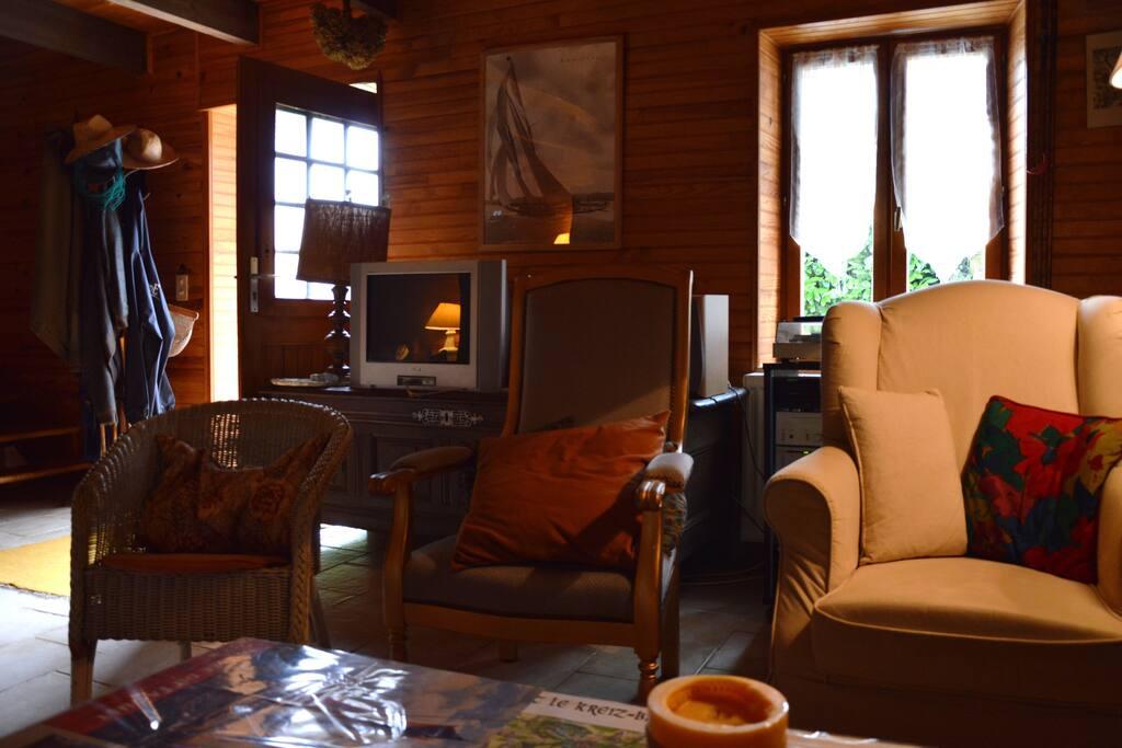 Vue de l'entrée depuis le canapé, ensemble TV-DVD-Hifi.