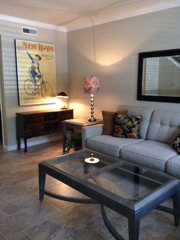2 BR ** LOCAL FLAVOR and FLAIR ** - Charleston - Apartment