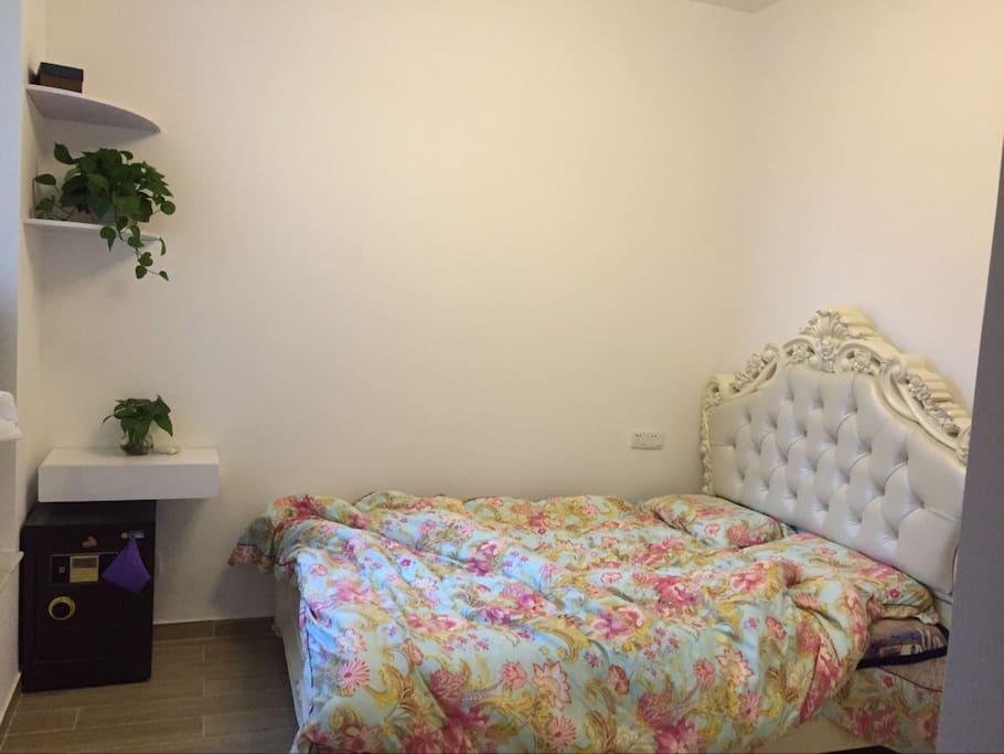 卧室明亮整洁舒适