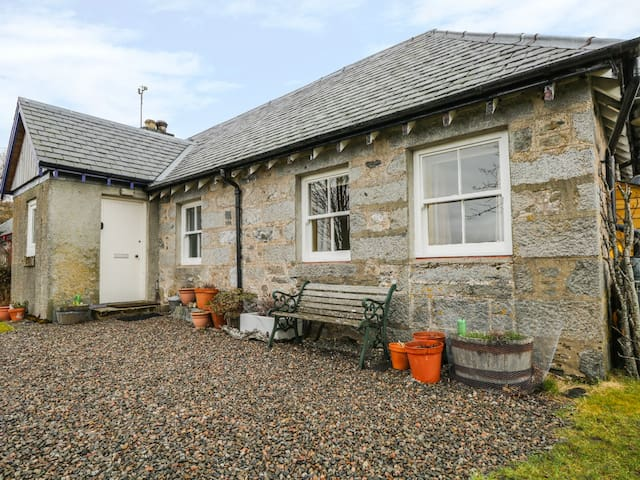 TIGH BEAG, character holiday cottage in Newtonmore, Ref 8114