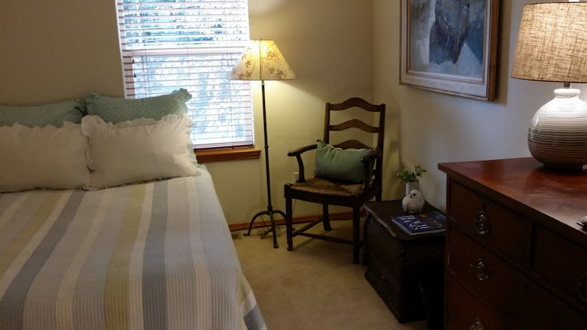 Songbird House -  Queen Bedroom - Suquamish - Casa