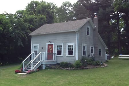 A Sweet Little Saltbox Home - Valley Falls - Haus