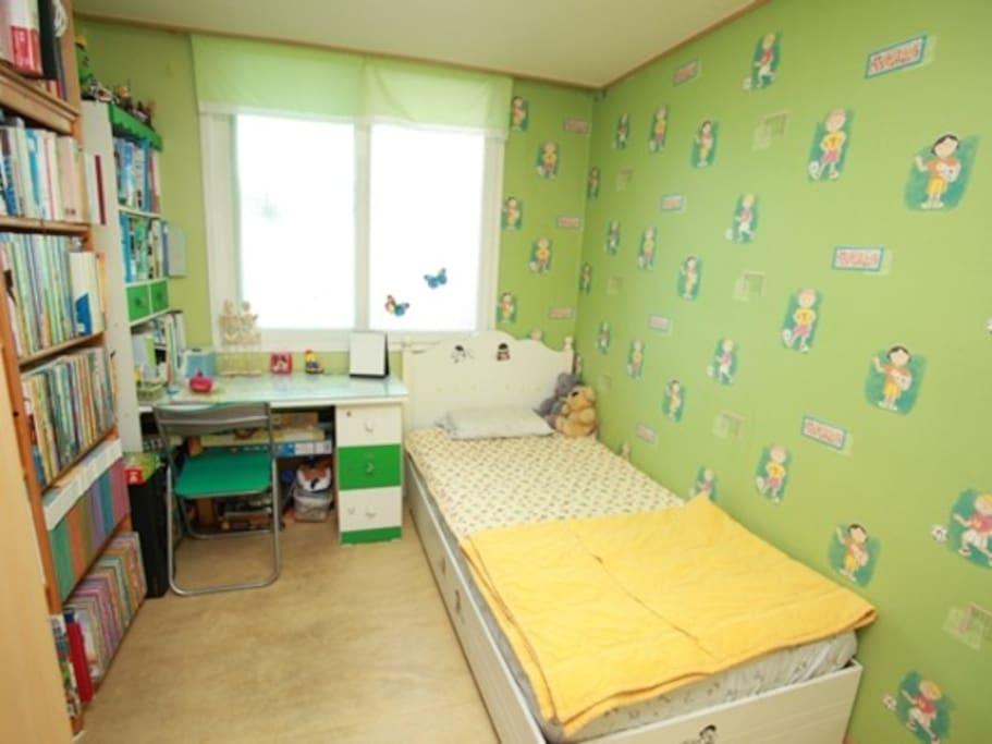 혼자쓰기 알맞은 사이즈의 깔끔한 방
