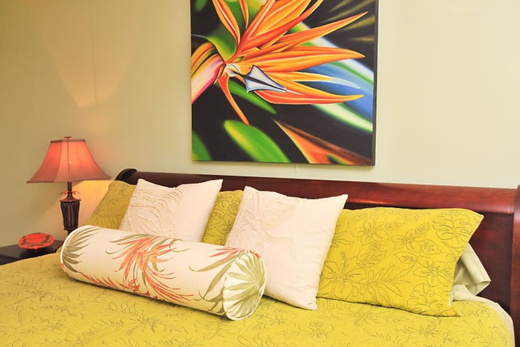 King comfy bed with tropical decor