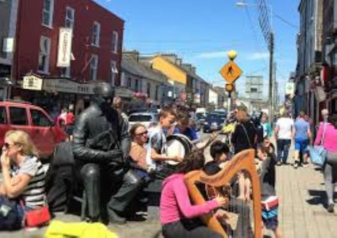 Street trad music session in full swing