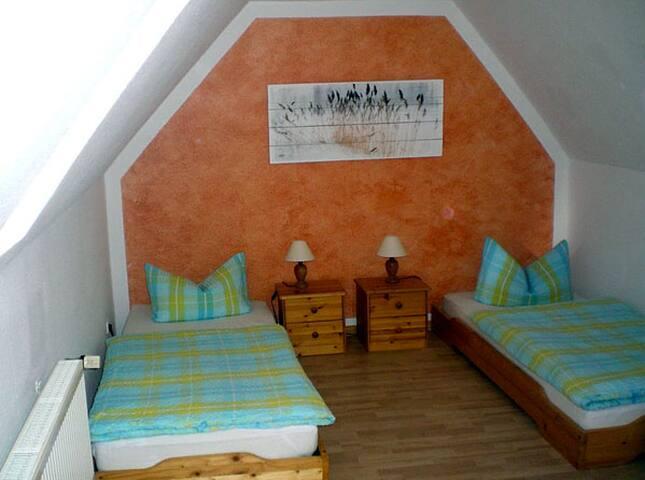 Schlafzimmer 2, zwei Winzelbetten und eine Aufbettungsmöglichkeit